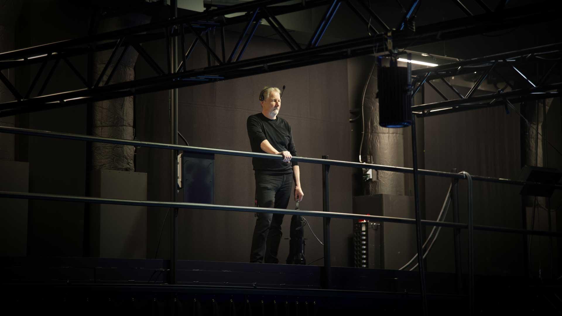 Scenmästaren Peter blickar ut från teknikbryggan.
