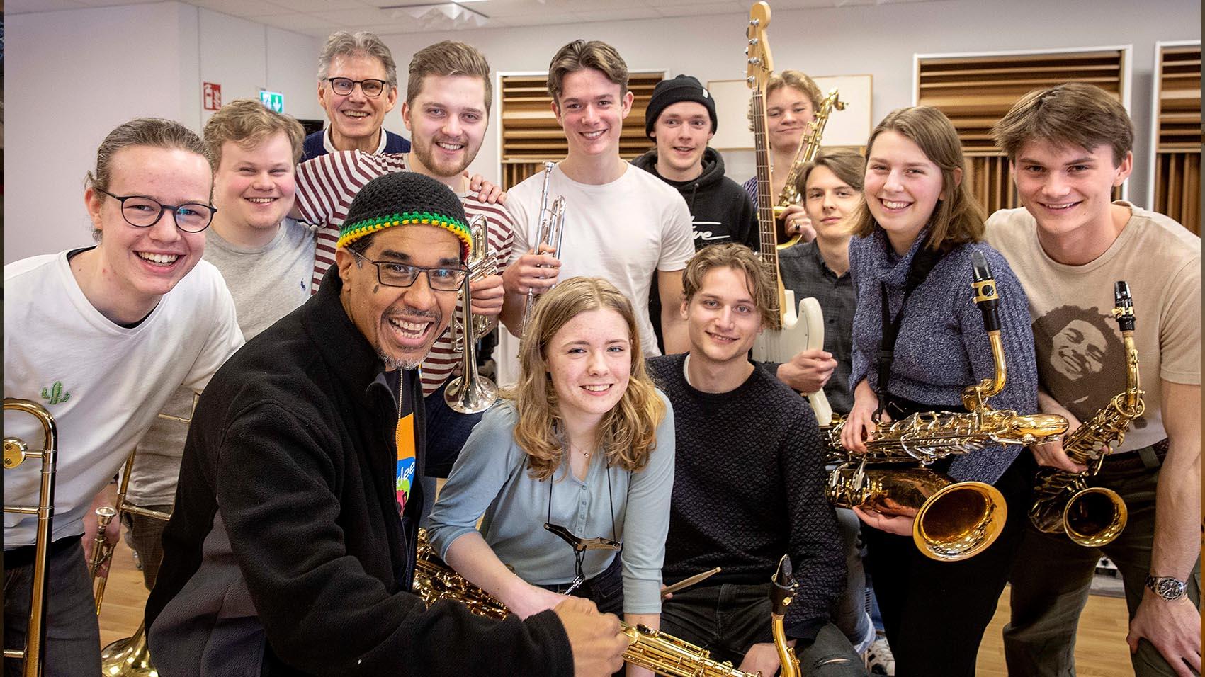 Danilo och bandmedlemmarna poserar med sina instrument.