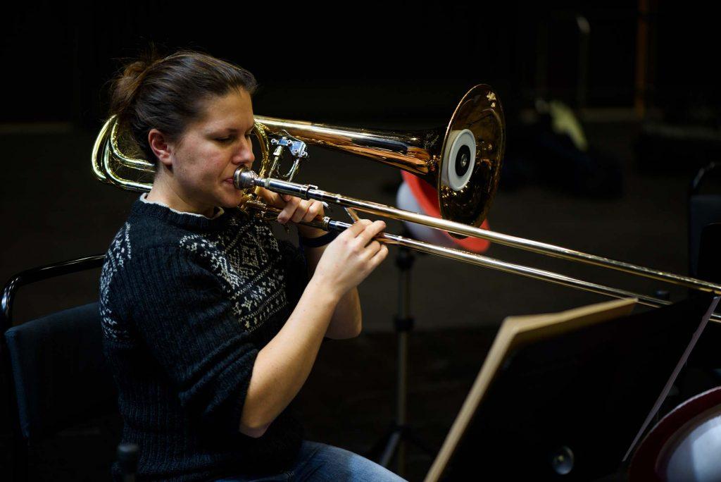 Ingrid Utne spelandes sin trombon i Sparbanken Blackbox