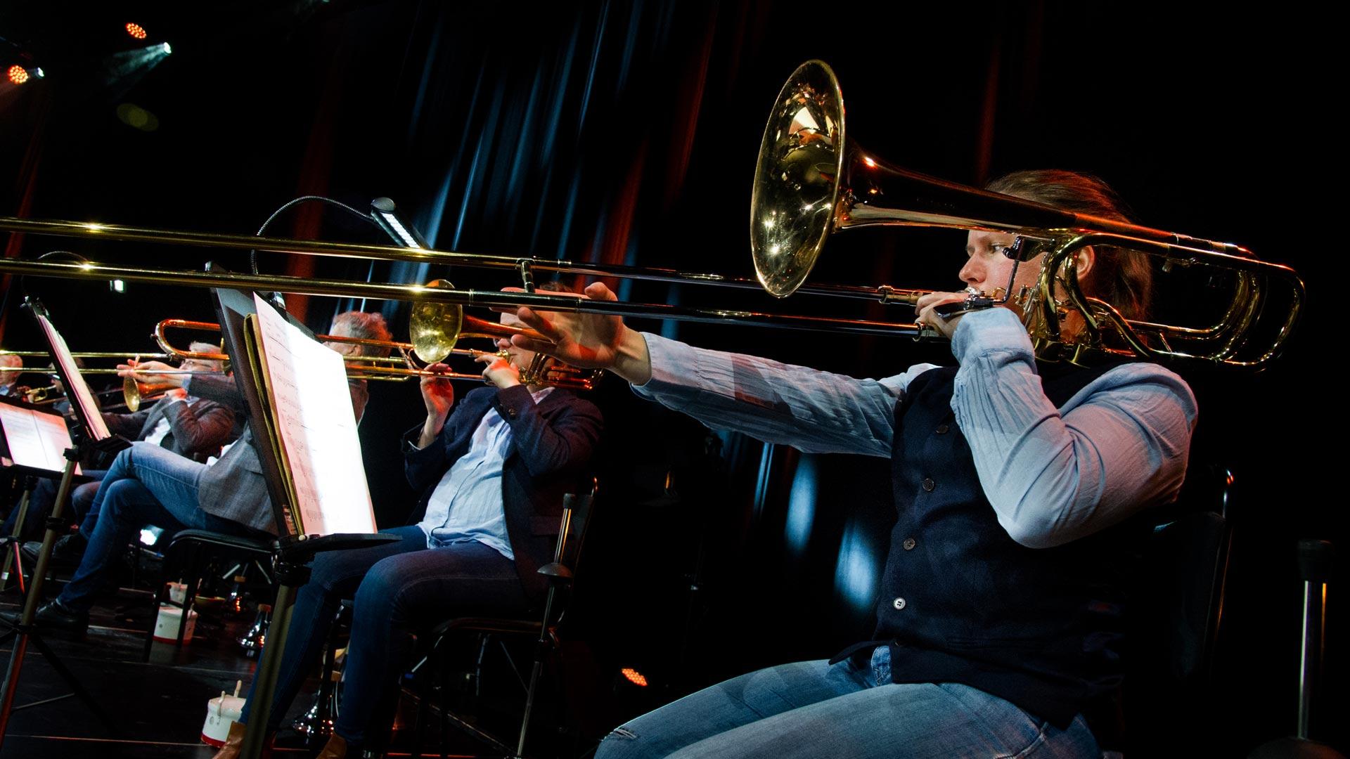 Ingrid spelar trombon