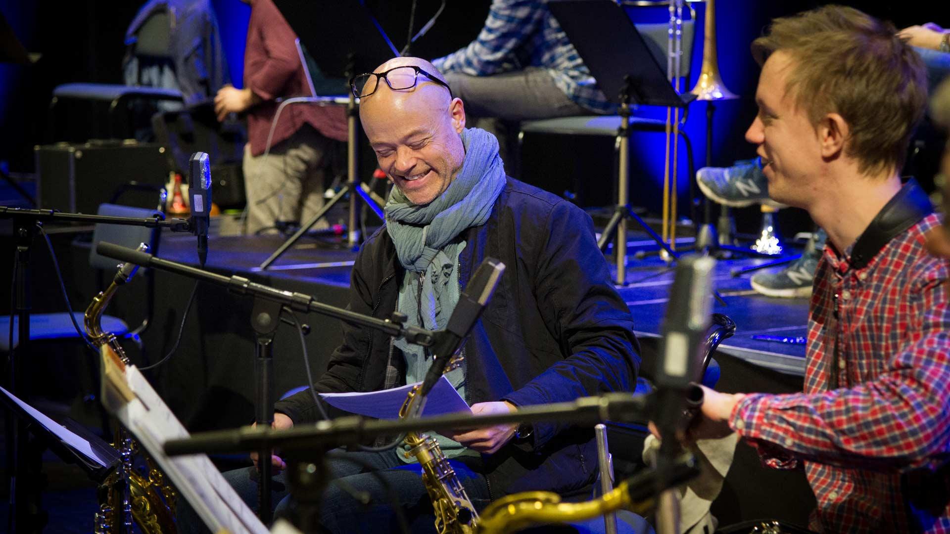 Musikern Joakim pratar med sin kollega i storbandet