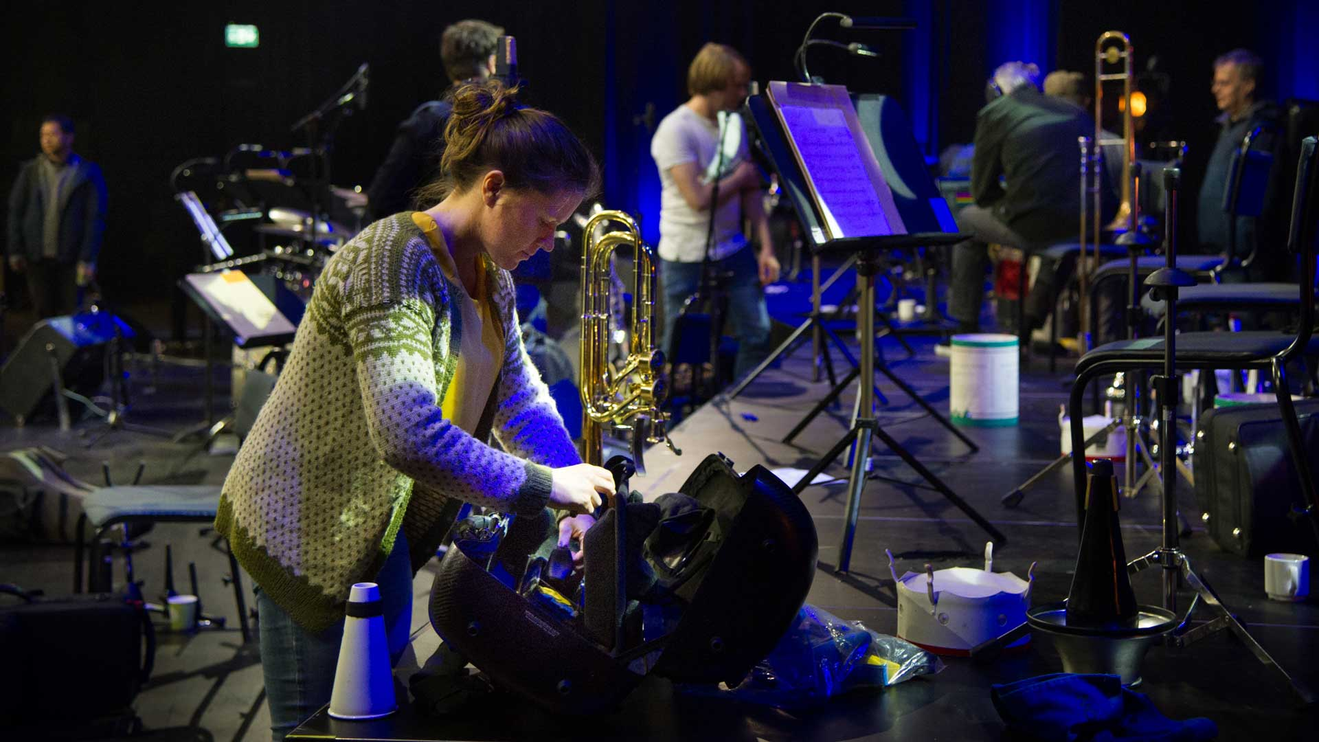 Ingrid packar ner sitt instrument efter en repetition